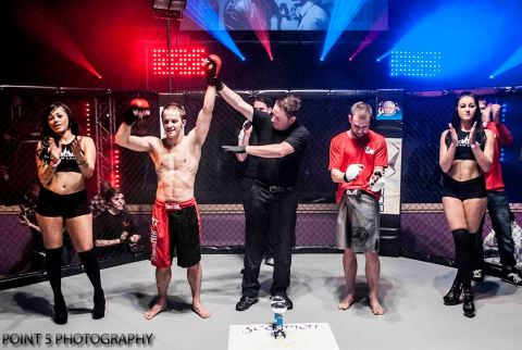 Dean Hart at RAGED UK MMA (c) Point 5 Photography